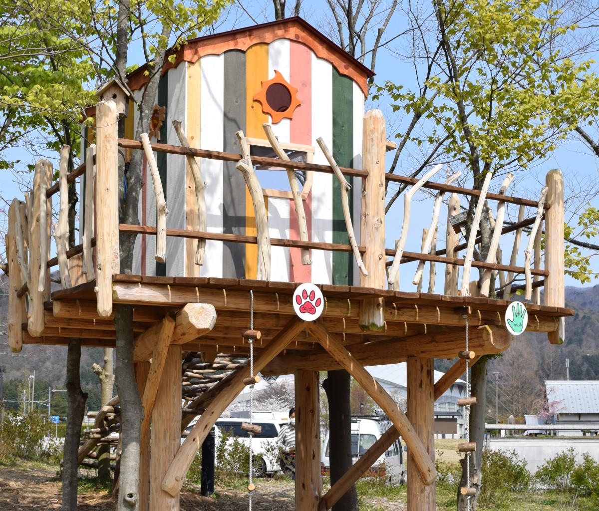 高さ2メートルほどもあるツリーハウスが完成した