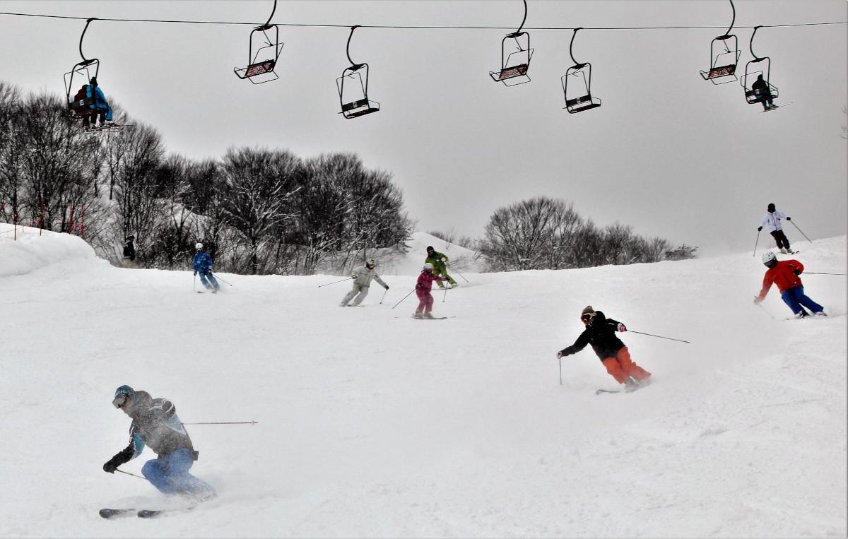 若者らが軽快に滑るぶどうスキー場ゲレンデ